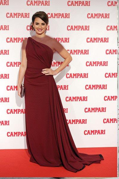 پنه لوپه کروز در این استایل تک شانه لباس قرمز رنگ