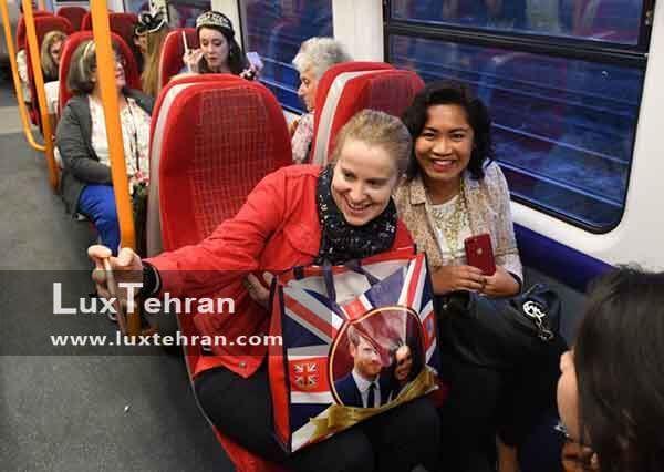 سلفی مسافران قطار لندن به ویندسور که کیف هایی با نشان مگان مارکل و هری