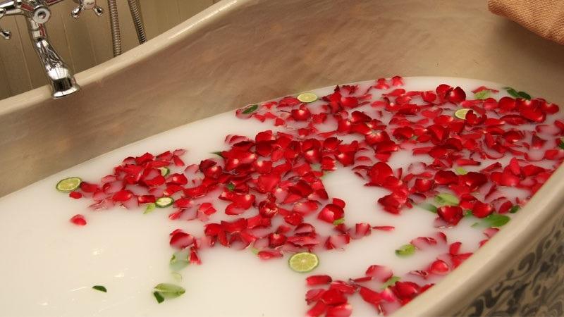 ماساژ شیر در حمام هایی با گلبرگ های گل رز قرمز با نمک دریایی