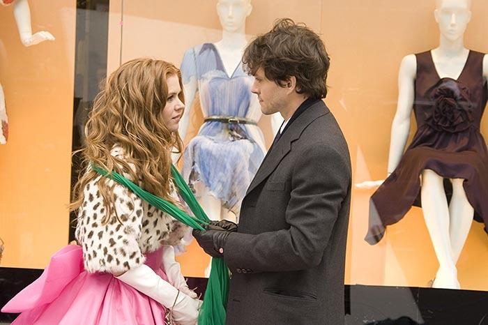 سکانسی دراماتیک از فیلم اعترافات یک معتاد خرید که ربکا (بازیگر نقش اول زن فیلم) را با شال سبز رنگ برند دولچه و گابانا