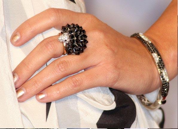کورتنی در این عکس، دستبند و کوکتیلی از برند NOIR