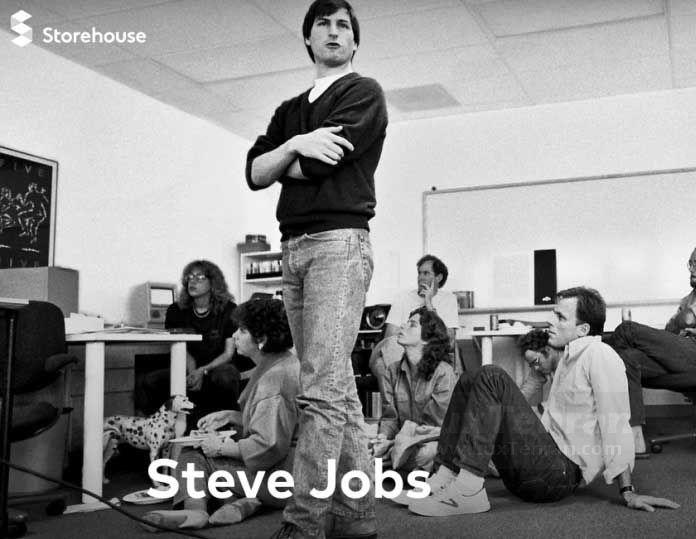 استیو جابز با شلوار جین گشاد و لباس ساده