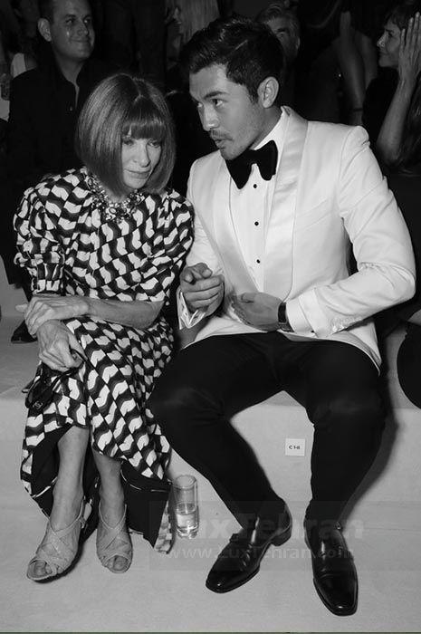 تاکسیدو سفید رنگ مردانه از هنری گلدنایت در کنار آنا وینتور را در فشن شو نیویورک ۲۰۱۸