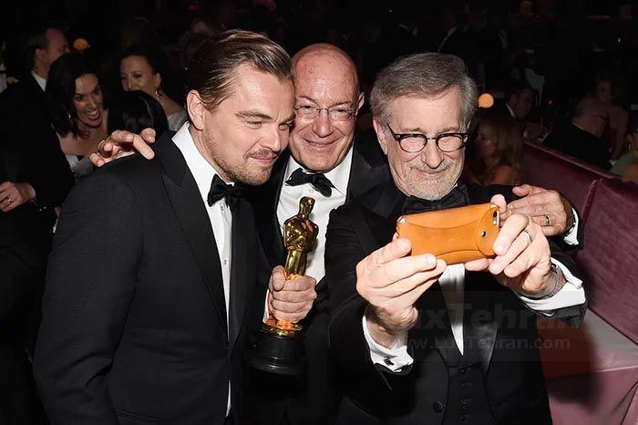 (سلفی دی کاپریو با استیون اسپیلبرگ پس از دریافت جایزه اسکار در سال ۲۰۱۶ میلادی)
