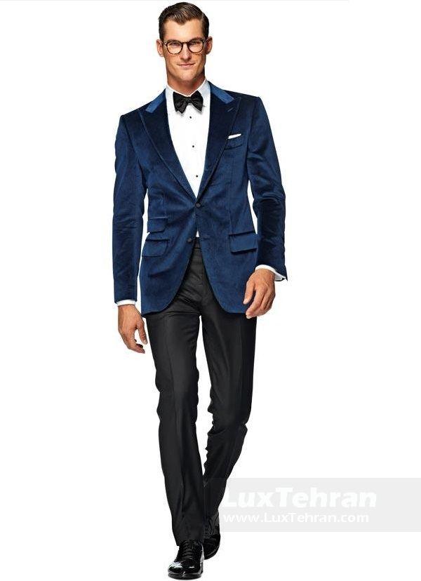 (کت آبی تیره که با پیراهن سفید رنگ و پوست همرنگ