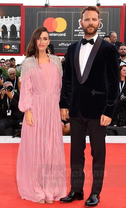 رابرتا پیترون در لباس پوشیده بلندی صورتی رنگ از برند Grecian را مراسم اکران فیلم roma