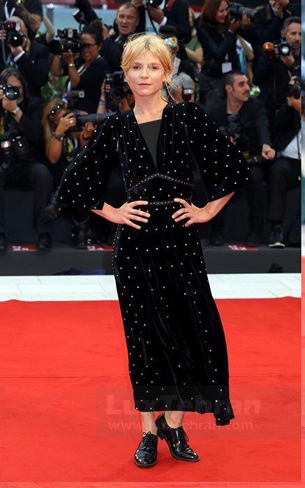 CLEMENCE POESY از برند FENDI در مراسم اکران فیلم A STAR IS BORN بر تن کرد