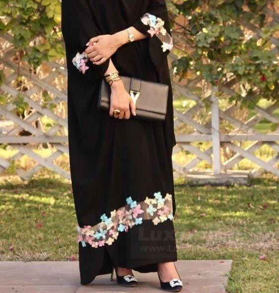 مدل بلند مجلسی که در پایین آن، گل دوزی رنگارنگ