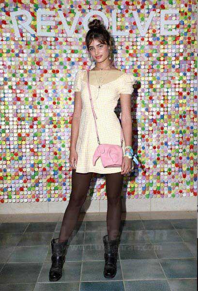 تیلور هیل در این عکس، یکی  از لباس های کژوال ساده