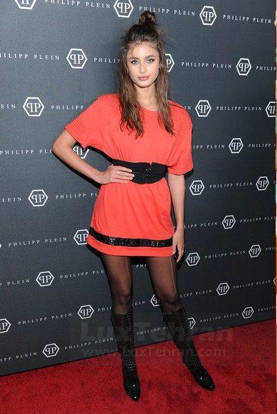 عکس، بوت های  ساق دار بلند با لباس  کوتاه  نارنجی از برند PHILIPP PLEIN