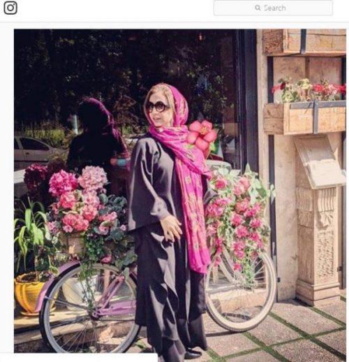 شبنم قلی خانی در این عکس که او را در کنار گل های رنگارنگ مشاهده می کنیم