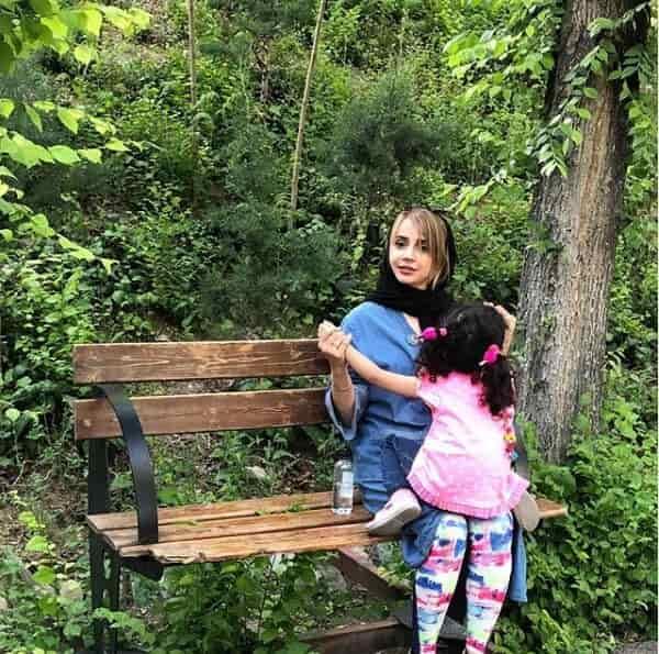 شبنم قلی خانی در کنار دخترش