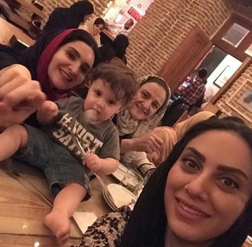 سلفی خانم بازیگر و پسرش اوستا در کنار مادرش پس از نمایش تئاتر شیرهای خان بابا سلطنه